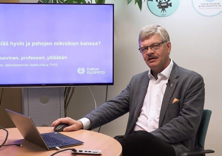 Bakteeriopin professori, ylilääkäri Pentti Huovinen: Miten elää hyvien ja pahojen mikrobien kanssa?